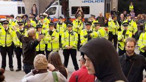 Poliisit koventavat otteitaan mielenosoittajia vastaan Lontoon 2012 kesäolympialaisten alla