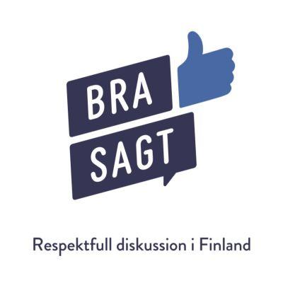 Hyvin sanottu -hankkeen ruotsinkielinen logo, jossa on ylöspäin oleva peukalo sekä puhekupla.