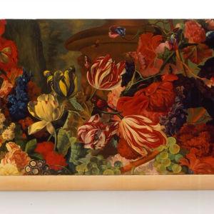 Taulu, jossa maalattuna erilaisia värikkäitä kukkia.