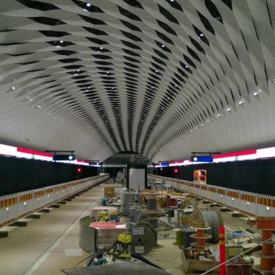 Matinkylän aseman katto on jännittävän mallinen. Kuva on otettu 9.9.2016.