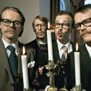 Alivaltiosihteeri -huumoriryhmä 90-luvun puolivälissä. JYrki Liikka, Pasi Heikura, Simo Frangen ja Matti Toivonen. Liittyy tv-ohjelmaan Alivaltiosihteeri valvoo.