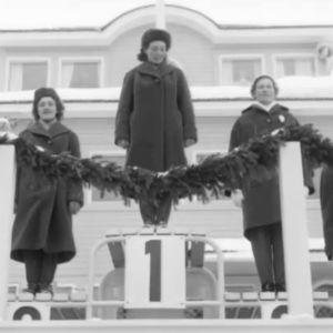 Siiri Rantanen (oikealla) palkintokorokkeella voitettuaan pronssia hiihdon pikamatkalla Lahdessa 1958