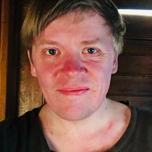 Viulisti Pekka Kuusisto. Selfie kotona 27.3.2020.