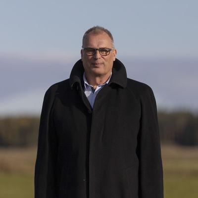 Kalajoen kaupunginjohtaja Jukka Puoskari seisoo tuulivoimapuiston reunassa
