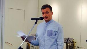 Författaren Kaj Korkea-Aho höll festtalet då Kulturhuset Ax invigdes.