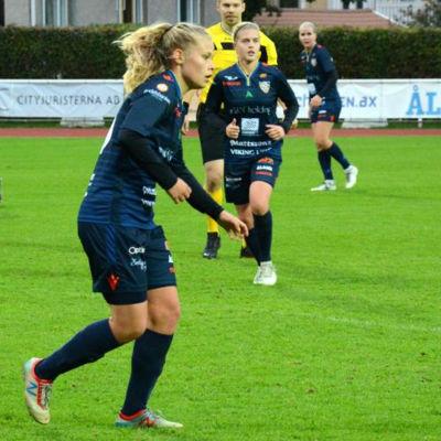 Sofia Lindström spelar fotboll i Åland United.
