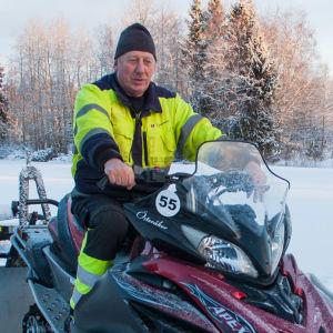 Eirik Österåker sitter på sin snöskoter