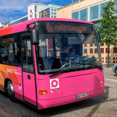 Bussi lähdössä pysäkiltä