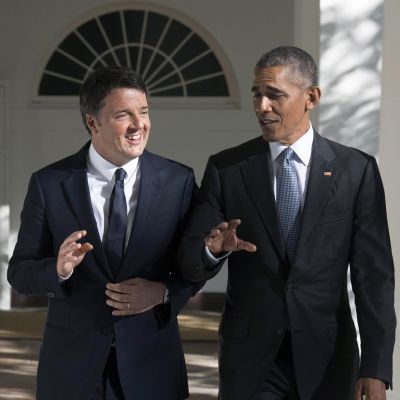 Italian pääministeri seisoo Obaman vieressä ja hymyilee. Obama on virnuilevan näköinen.