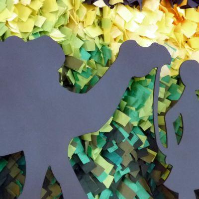 Yksityiskohta Savonia-ammattikorkeakoulun Kuopion Muotoiluakatemian tekstiilisuunnittelun toisen vuoden opiskelijoiden teoksesta Matka. Karavaanin kulkua värikkääällä pohjalla kuvaava teos on lokakuussa esillä Kuopion Prisman aulassa.