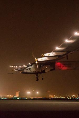 Solenergiplanet Solar Impulse 2 landar i Muskat, Oman den 17 maj 2016.