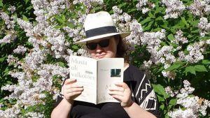 Bloggari lukee sireenipensaan edessä Lauri Otonkosken runoteosta