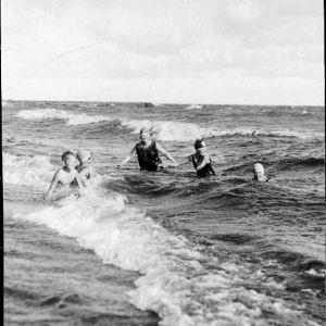 Kuvia Terijoen uimarannalta. Kuvissa Tillin perheenjäsenten kanssa Heino Kaski ja Cyril Szalkiewicz.