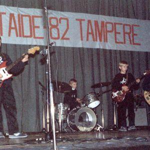 Tampereen taidetapahtumassa esiintyi The Steel vuosimallia 1982 eli Vertti Linna (kitara), Heikki Nikula (rummut), Jari Kämäräinen (kitara) ja Jari Vaarama (basso). Kaverukset pääsivät reissulla myös Näsinneulaan ja lätkämatsiin Hakametsän jäähalliin.