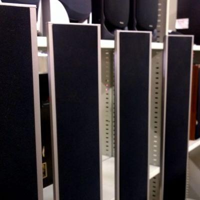Turun Ekotorilla on myynnissä paljon viihde-elektroniikkaa, kuten kaiuttimia, taulutelevisioita ja tietokoneita.