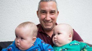 Eduardo Afonso, grundare av Nordic Surrogacy, har själv blivit pappa till tvillingdöttrarna Zelda och Esther via surrogat utomlands.