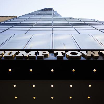 Lasisia ikkunoita nousee kohti taivasta, etualla teksti Trump Tower.
