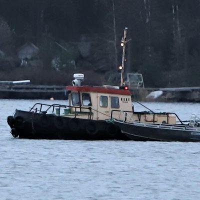Pelastuslaitoksen uponnutta venettä hinataan Sundomin satamaan.
