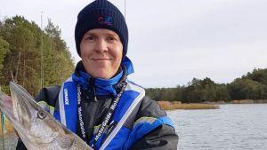Kalatalousasiantuntija Janne Antila on saanut hauen saaliiksi