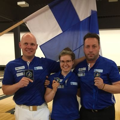 EM-hopeamitalisti Eliisa Hiltunen valmentajiensa kanssa.