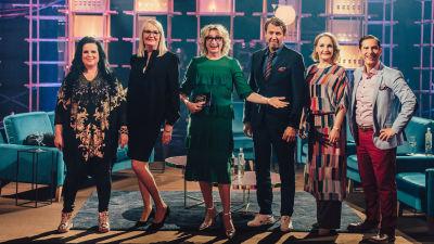 Elämäni Biisi vieraat ja juontaja seisovat lavasteessa. Kuvassa ovat Kaija Koo, Miitta Sorvali, Katja Ståhl, Martti Suosalo, Sanna Stellan ja Andre Chaker.
