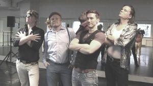 En grupp med karlar poserar