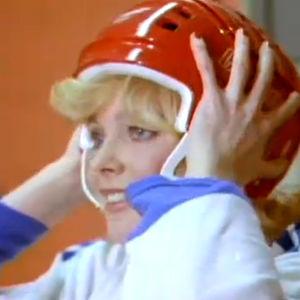 Armi Aavikko laittaa jääkiekkokypärän päähänsä (1977).