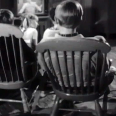 Lapsia istumassa television ääressä