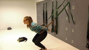 Hanna Leveelahti esittelee kehittelemäänsä wall-pilatesta