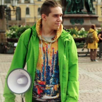 Ilmastoaktivisti Atte Ahokas megafonin kanssa