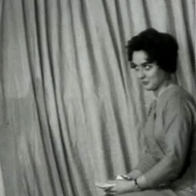 Tv-kamera kuvaa kuuluttajaa (1955).