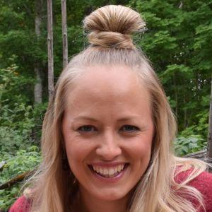 Porträtt av Elin Skagersten-Ström, programledare för det finlandssvenska tv-magasinet Strömsö.