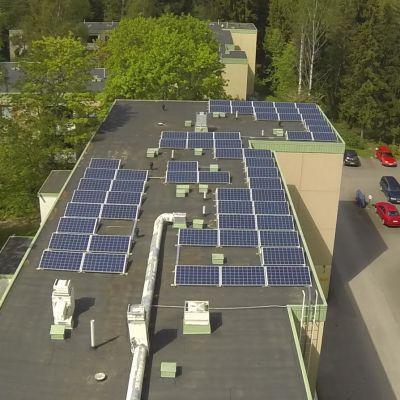 Oulunkylässä sijaitseva kerrostaloyhtiö saa kiinteistösähkönsä aurinkoenergiasta.