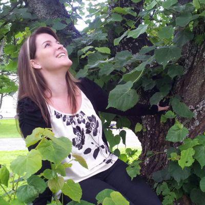 Laulajatar Mervi Kovero kesäisenä puun oksalla.