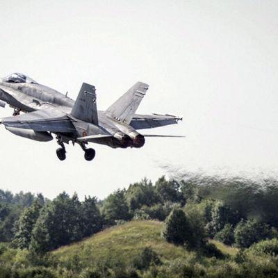 Espanjan ilmavoimien F-18 hävittäjä nousee Ämarin lentotukikohdasta Virosta 12. heinäkuuta 2017.
