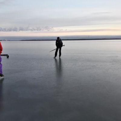 kaksi retkiluistelijaa luistelee jäällä