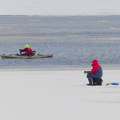 Pilkkimistä jäällä ja kanootissa Vaasassa