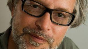 Porträtt av författaren Mikael Timm.