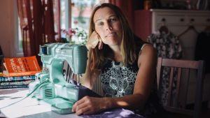 Författaren Åsa Axelsson vid en symaskin.