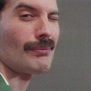 Freddie Mercury iskee silmää.