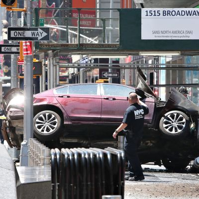 Pelastustyöntekijät Times Squarella Manhattanilla.