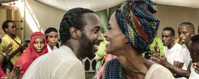 En man och en kvinna dansar med varandra. Bilden är från filmen Gulred & Nasra.