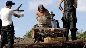 Från inspelningen av filmen Djävulens jungfru, där en kvinna skall bli halshuggen inför en stor publik.