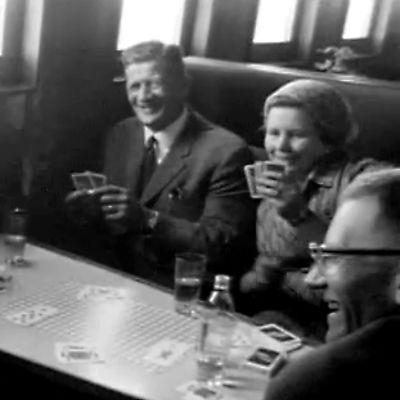 Matkailijoita Helsinki-Tallinna-reitillä (1966).