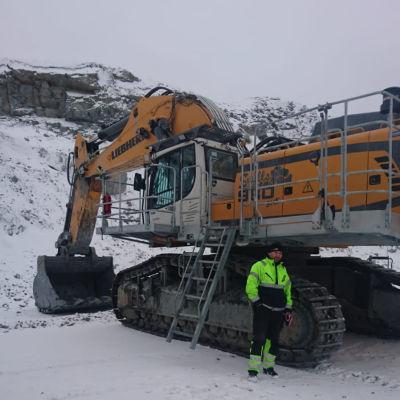 Teijo Kolehmainen kaivinkoneen edessä Ruotsin Pajalan kaivoksella