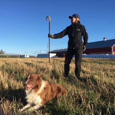 Michaela Wikberg med sin vallhund Sune.