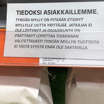 Kuvassa ilmoitus jauhohyllyllä kaupassa