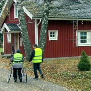 Person med funktionsnedsättning och dennes personliga assistent på promenad.