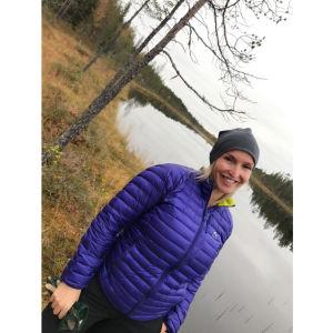 Jutta Gustafsberg, takana kuvassa metsälampi.