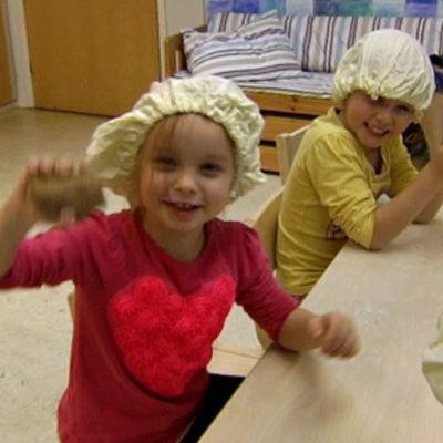 Barn på Språkbadsdaghemmet Sälen på Drumsö i Helsingfors